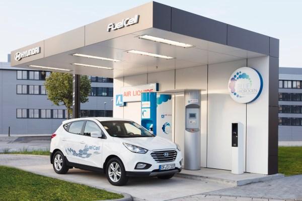 Ein Hyundai tankt Wasserstoff