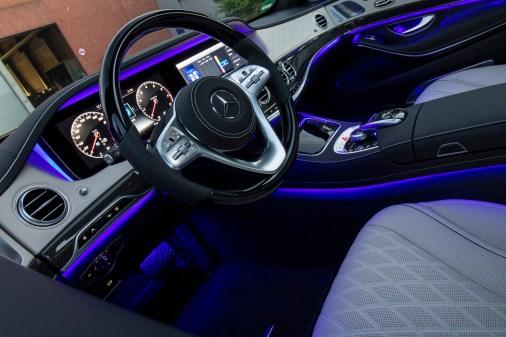Die Ambiente Beleuchtung taucht das Wageninnere in die gewünschte Farbe. © Daimler / TRD Auto