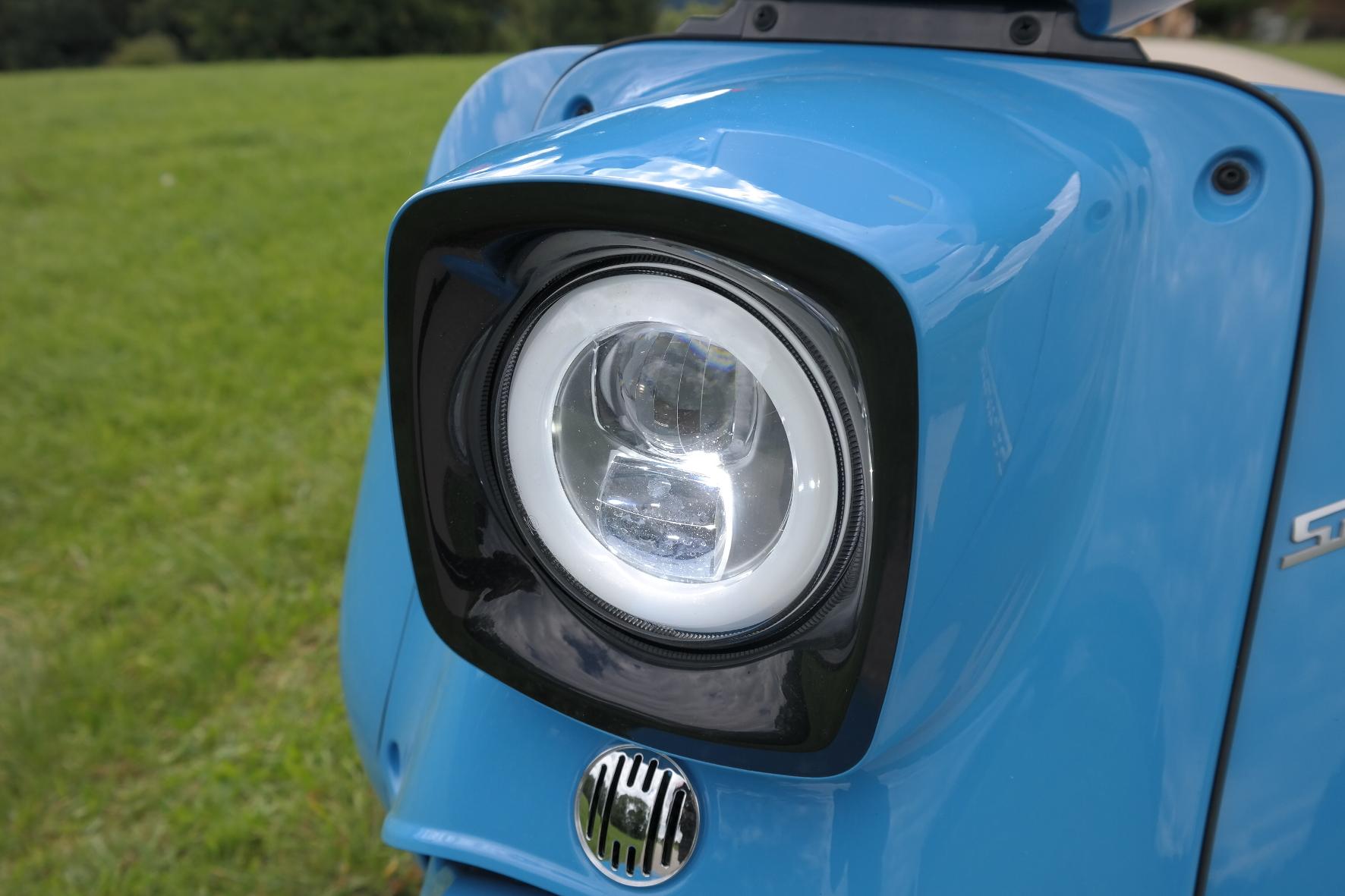 Ein LED-Scheinwerfer sorgt trotz nostalgischem Design für eine gute Ausleuchtung der Straße. © Rudolf Huber/mid/trdmobil
