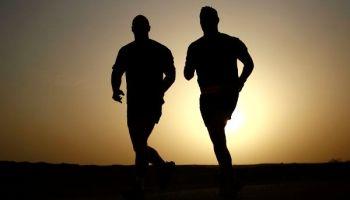 zwei Laufer im Sonnenuntergang