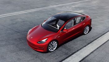 Ein roter Tesla 3. Quelle: TESLA/TRD mobil