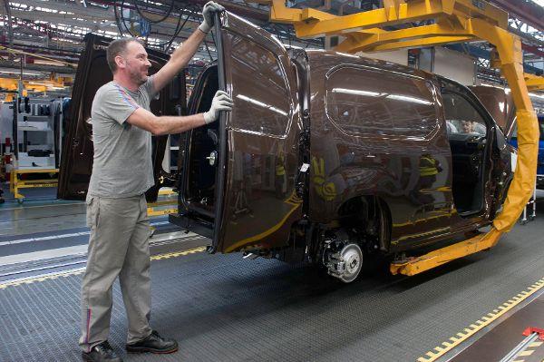 Arbeiter in der Autoproduktion.