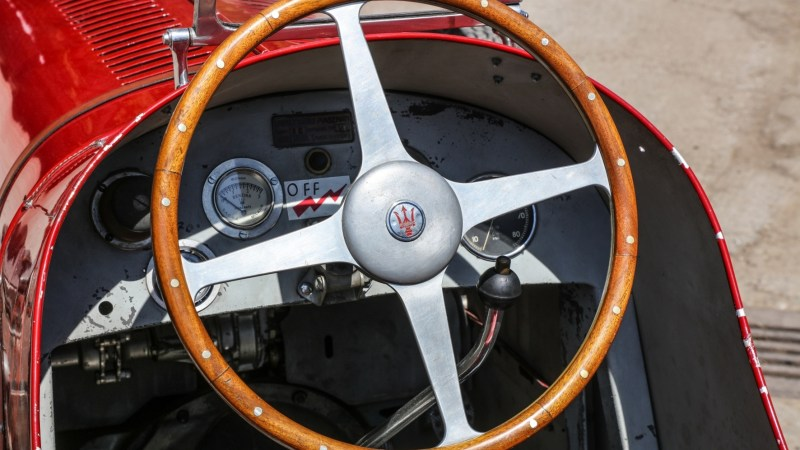 Kleiner Renn-Maserati auf dem Treppchen