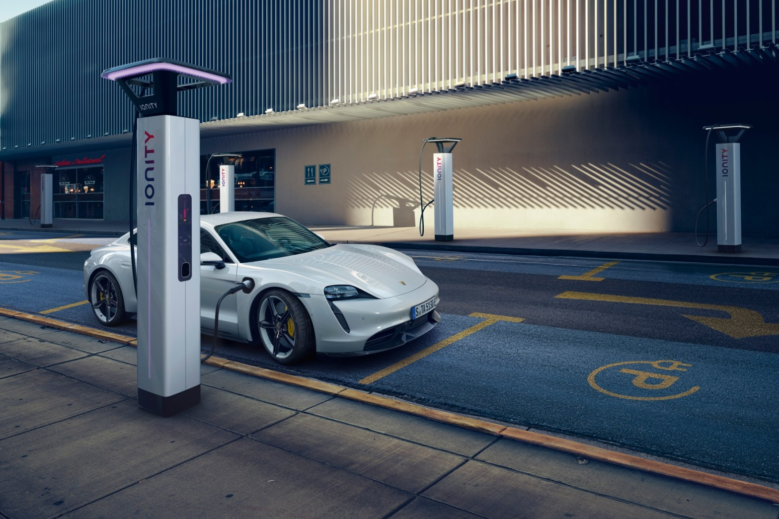 Porsche an der E-Ladesäule