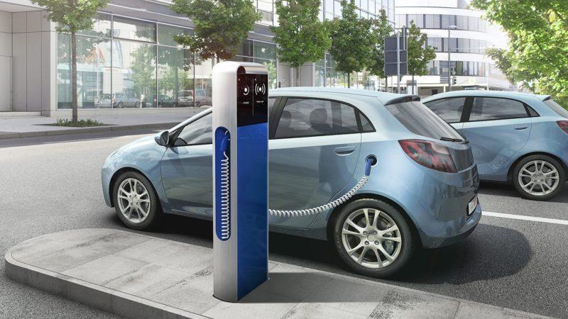 Elektroauto parkt an Ladesäule und wird aufgeladen.