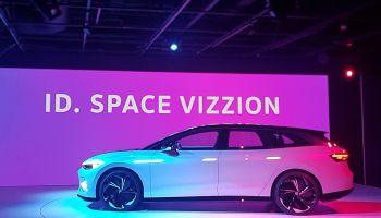 VW Fahrzeug Space Vizzion auf LA Messestand