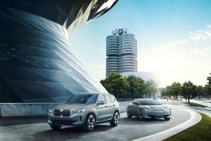 E BMW: Vollelektrisches Bayern-Duo: der Concept iX3 und der i Vision Dynamics vor dem BMW-Museum in München. © BMW TRD