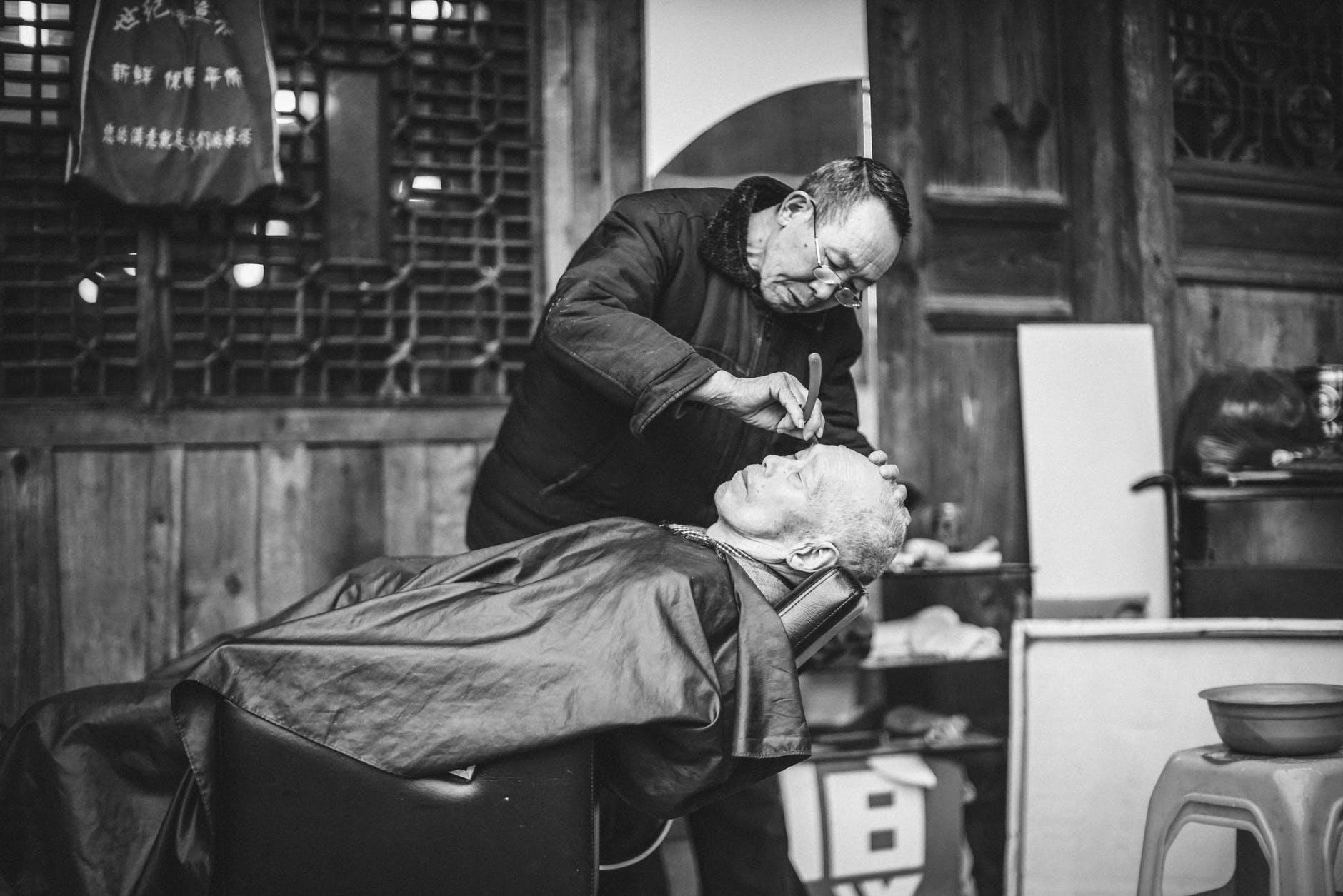 Beim Friseurbesuch wird das Haarewaschen zur Pflicht