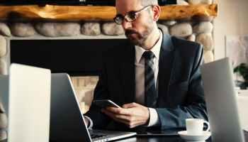 Antragsberechtigt sind Unternehmen, deren Umsätze Corona-bedingt in April und Mai 2020 um mindestens 60 % gegenüber April und Mai 2019 rückgängig gewesen sind und deren Umsatzrückgänge in den Monaten Juni bis August 2020 um mindestens 50 % fortdauern. TRD Wirtschaft und Soziales / Photo by Snapwire on Pexels.com