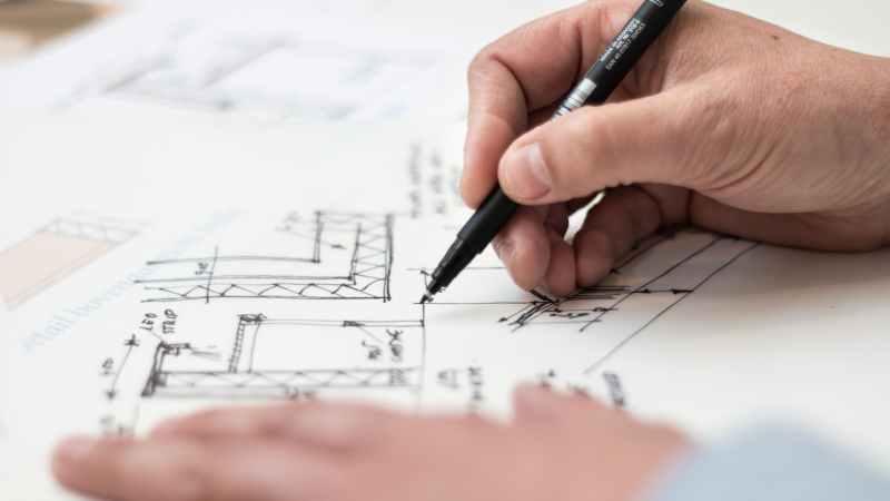 Architekt zeichnet Bauplan.