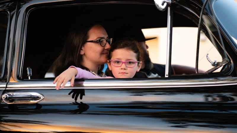 Mutter und Kind im Auto