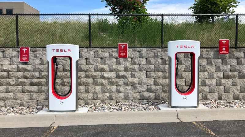 Parkplatz mit Tesla Ladesäulen