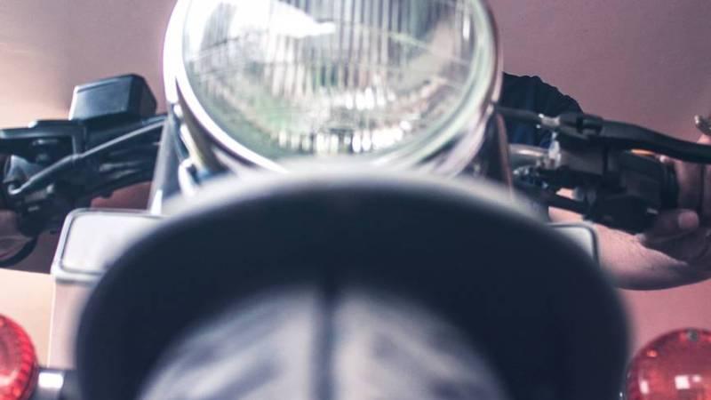 Ein Motorradfahrer von vorne aus der Schlangenperspektive.