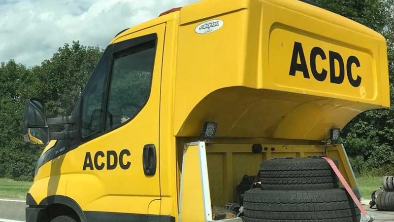 Abschleppwagen mit ACDC Aufschrift