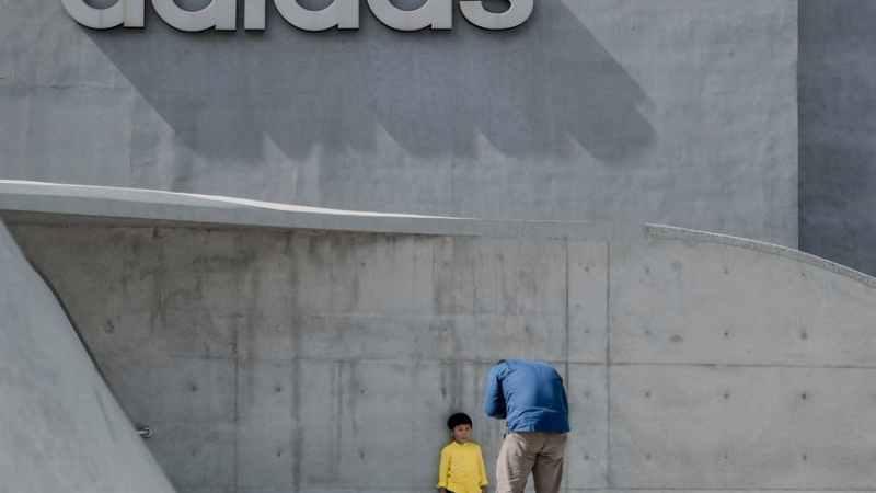 Adidas Aufschrift an der Wand