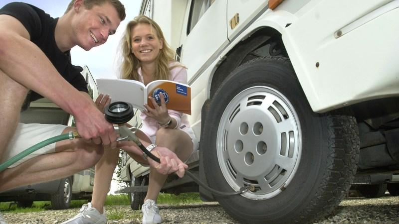 Reifen werden mit Luft gefüllt.
