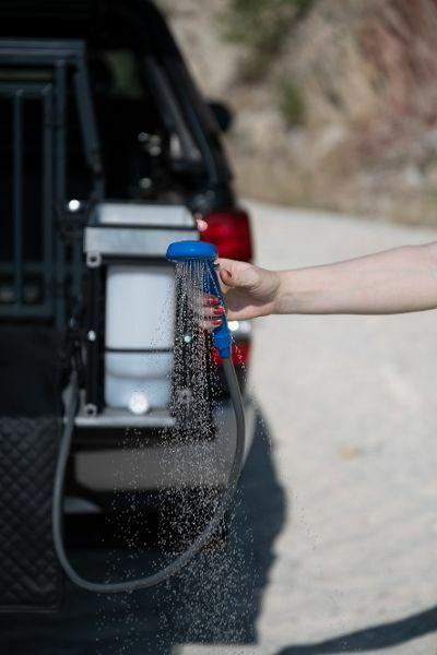 Tierisches Zubehör: eine praktische Brause für den Vierbeiner. © Mitsubishi / TRD mobil