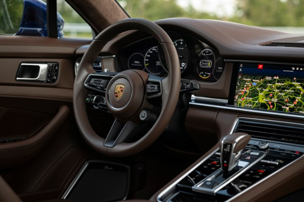 Das Digital-Cockpit des Panamera wurde aufgerüstet, die Bedienbarkeit ist besser geworden und sogar die Sprachassistenz läuft flüssiger.© Porsche / TRD mobil