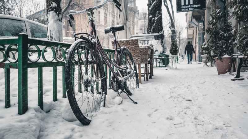 Geringerer Luftdruck sorgt für mehr Grip. Bei rutschigem Wetter empfiehlt es sich also, etwas Luft aus den Reifen zu lassen. Aber Vorsicht: Unterschreiten sie nicht den angegebenen Mindestwert! Photo by Dave Haas on Pexels.com