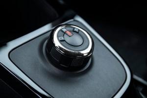 Mit dem Drehschalter an der Mittelkonsole bestimmt der Fahrer die Fahrtrichtung.