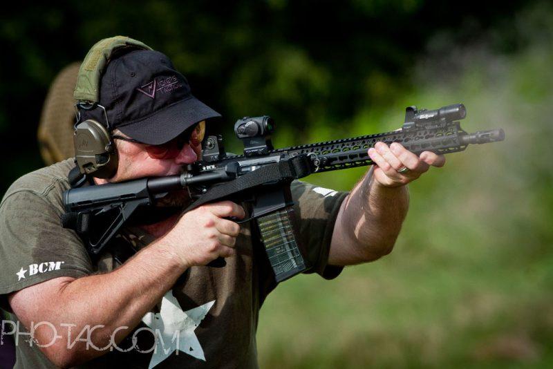Larry Vickers derrière un AR15 BCM à garde-main Keymod (KFR). Le QD est bien visible, la sangle y étant fixée (Image BCM).