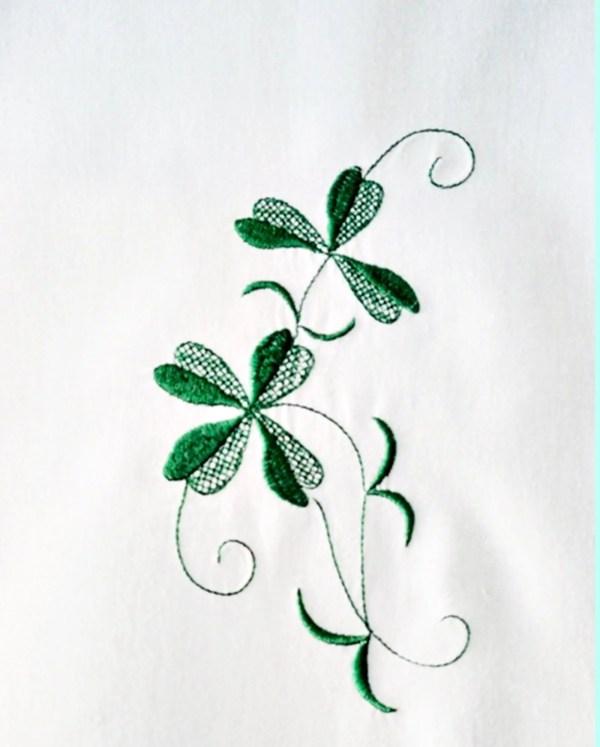 kleine Gardine mit Kleeblatt