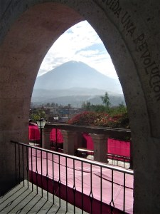 The mirador de Yanahuara is a nice overlook to visit for a view of the volcano El Misti.