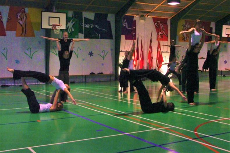 Students performing a rhythmic Danish Gymnastic routine at Ågård Efterskole!