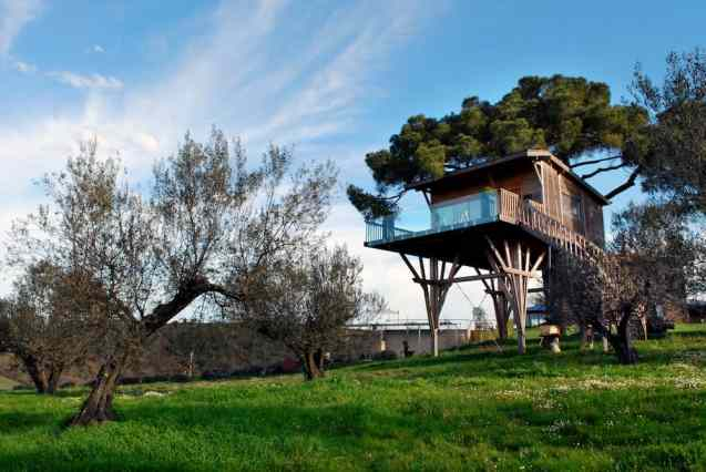 Treehotel in Italy - La Piantata Black Cabin Treehouse-008