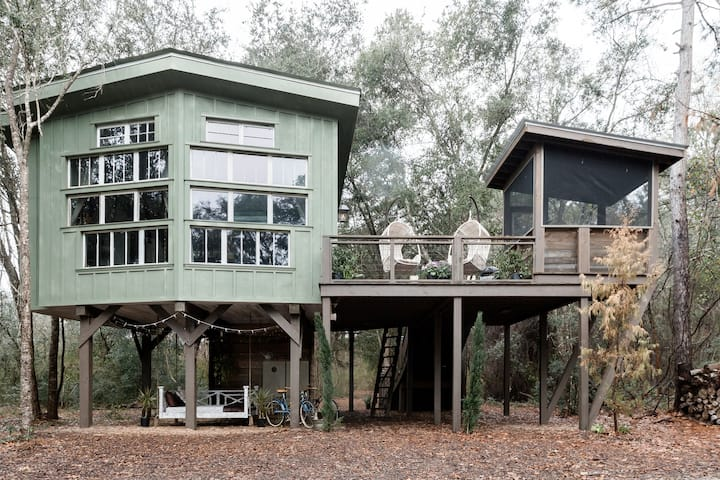Enchanting Treehouse Retreat on the Waterfront