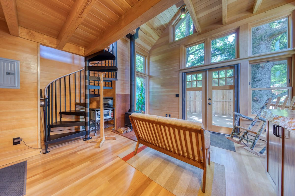 Stunning Mt. Tabor treehouse w/wood stove & city access. Perfect for couples!