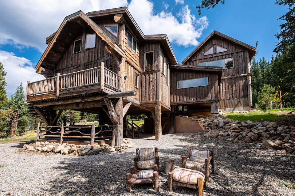 Treehouse Lodge! Cozy lodge, salt water hot tub s