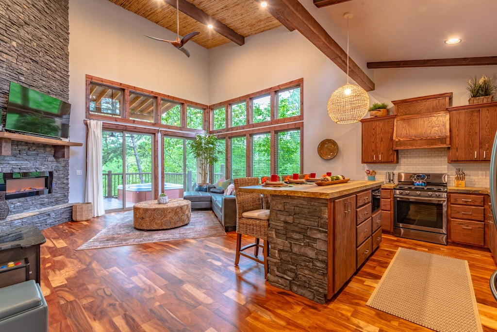 Luxury Honeymoon Cabin Treehouse Rental in Oklahoma