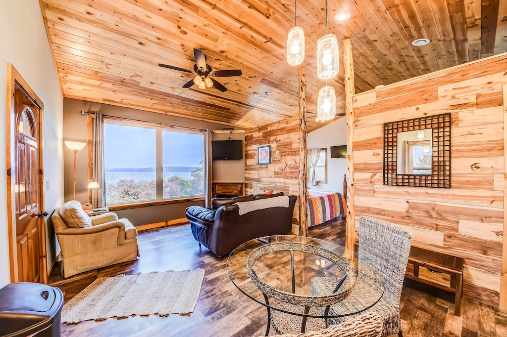Luxury Water View Treehouse Oklahoma with Jacuzzi Tub for Two