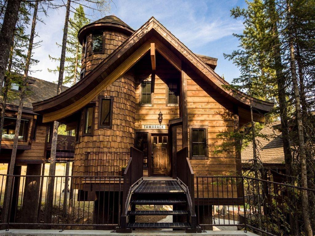 Tamarack Chalet Treehouse in Montana