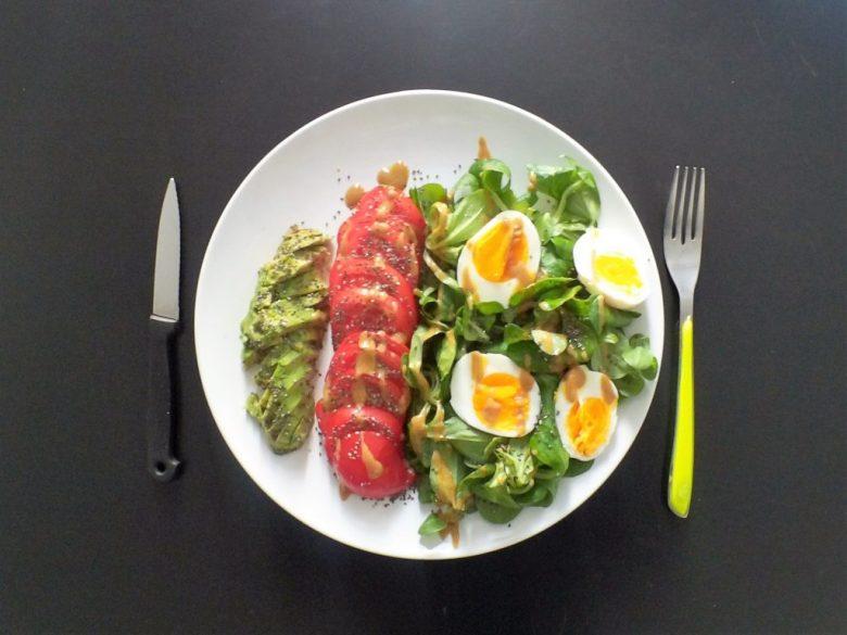 Un exemple de salade avec des ingrédients riches en omégas 3 : avocat, mâche, oeufs, huile de caméline, graines de chia