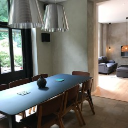 Matbord i kök och öppet till vardagsrum