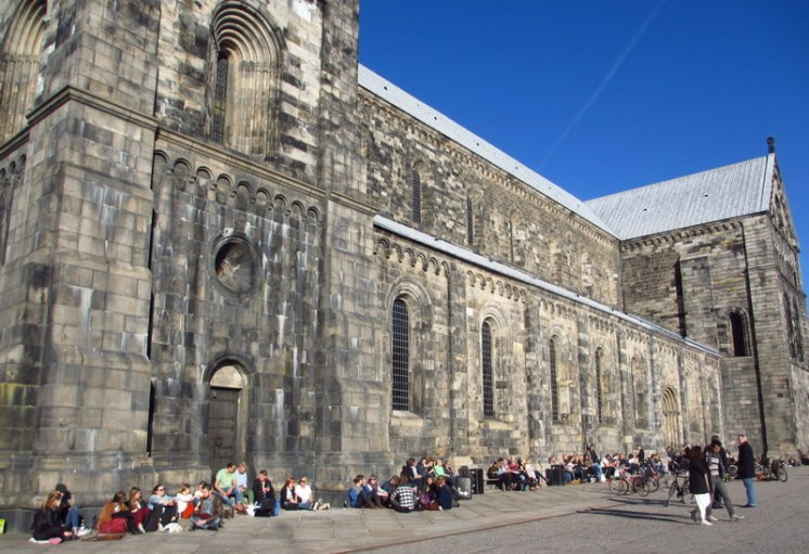 Students in the sun by Lund Cathedral