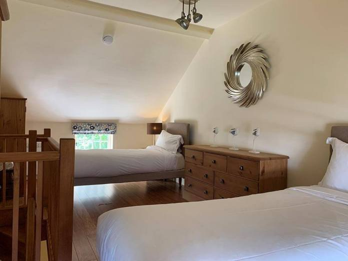 holly-cottage-bed-2