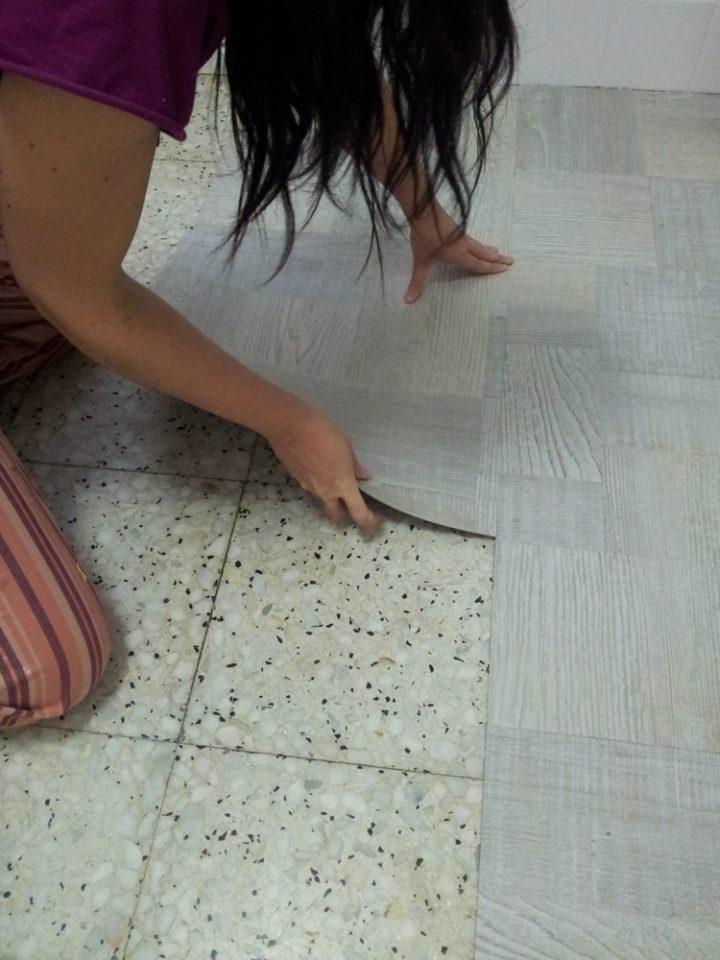 Renovar el suelo de la cocina con losetas de vinilo