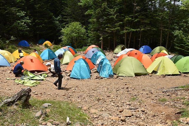 ごった返すテント場。道まで埋まるんでしょうね