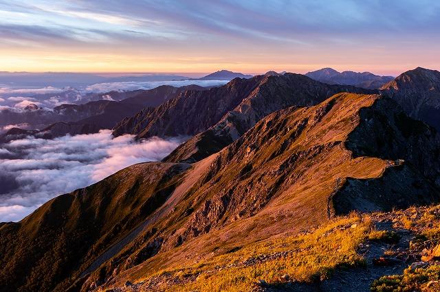夕日に染まる山々