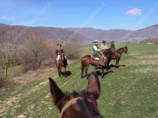 gruppo a cavallo al centro di paganelli