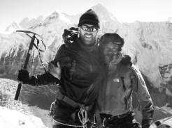 alpinista con un guía shepa