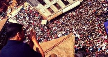 Akshay Kumar saludando a gente nepalí