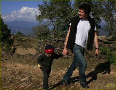 Orland bloom tomados de la mano con un chico de la zona en Nepal