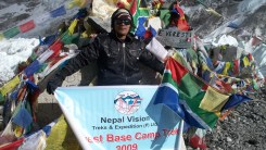 Hom en cmpamento base del Everest