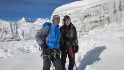 Pem Sherpa con Marisa Strydom en Mera Pico