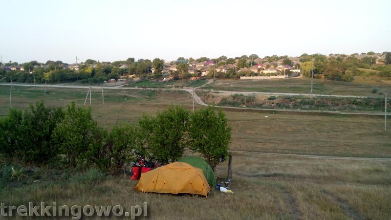 Mołdawia - Dzień 5 poranek namioty wzgórze trekkingowo