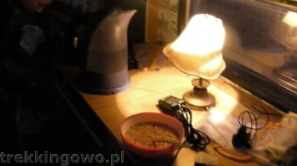 Wewnątrz przyczepki - chińskie zupki dobre na słoneczny udar :)